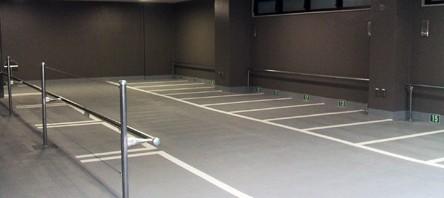 建物の一部を利用したピロティータイプの駐車場です