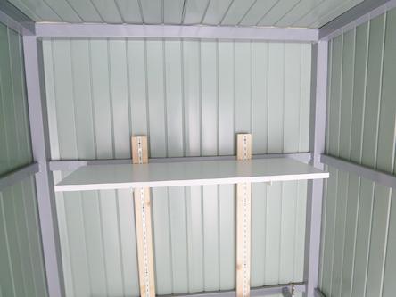 ガレージ内にはヘルメットなどが置ける棚を設置 高さ調整可能です