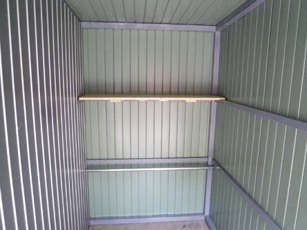 棚と固定バーを設置 ガレージ内部